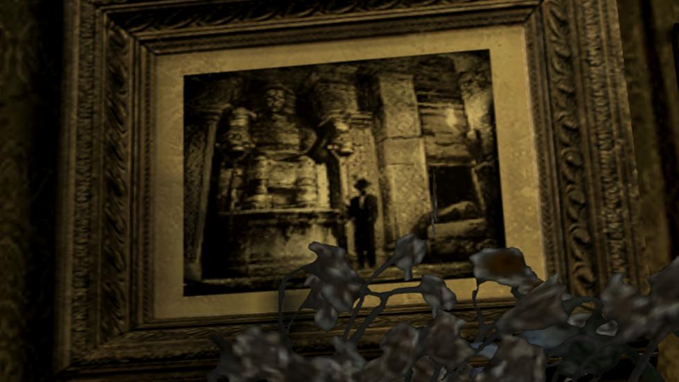 Spencer junto a una estatua de los Ndipaya